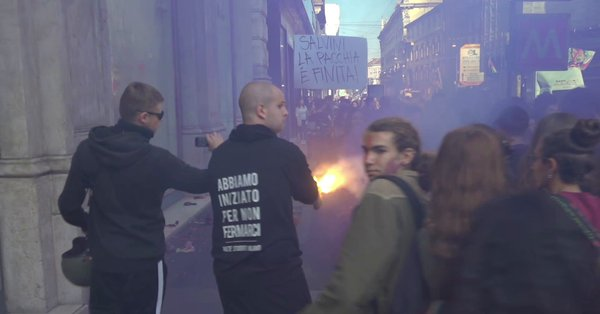 Milano, studenti anti-Salvini assaltano negozi – VIDEO