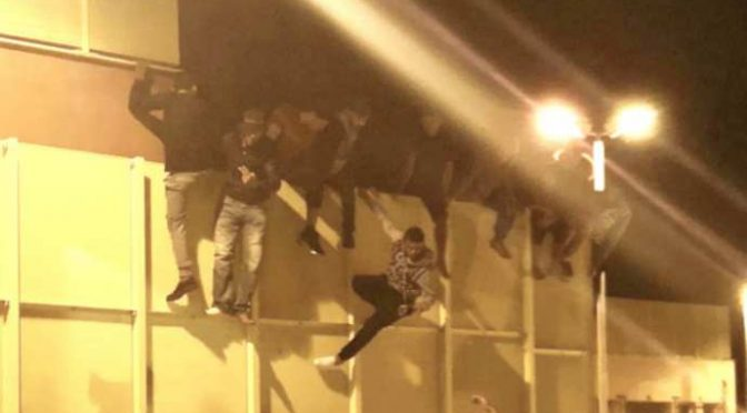 Tunisini in rivolta tentano fuga di massa, rimpatrio lampo – FOTO