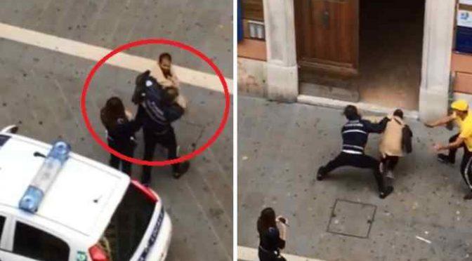 Migrante prende a pugni agente – VIDEO