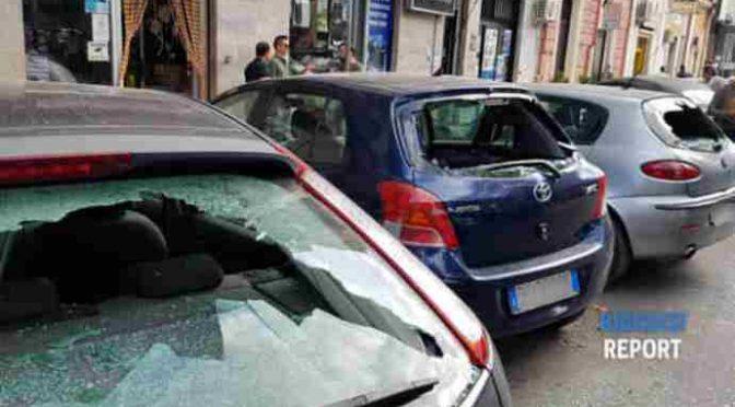 Profugo sfascia auto in sosta: insoddisfatto stipendio – VIDEO CHOC