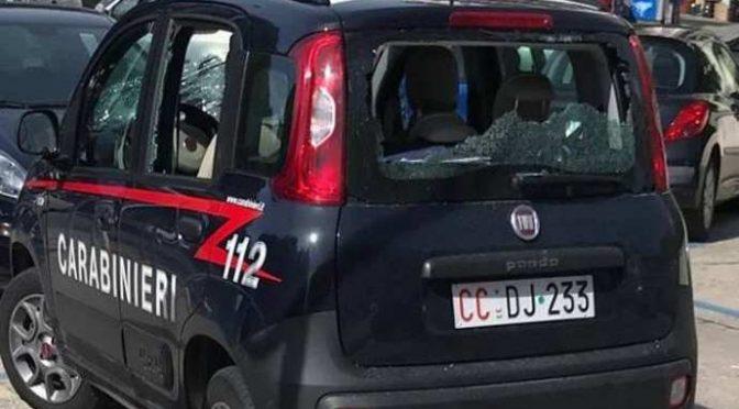 Immigrato sfascia auto dei carabinieri a sprangate – FOTO