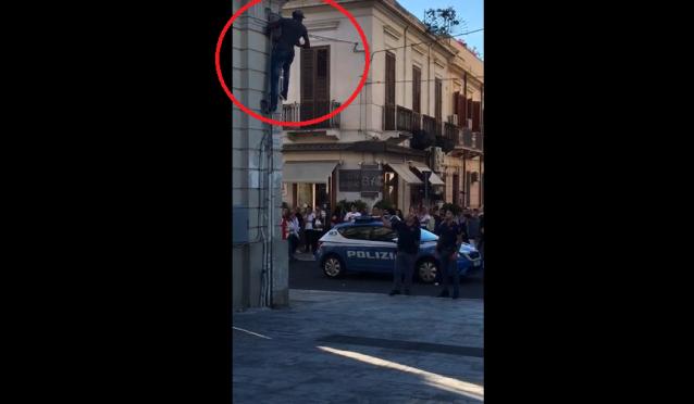 Migrante armato vandalizza Duomo, si arrampica – VIDEO