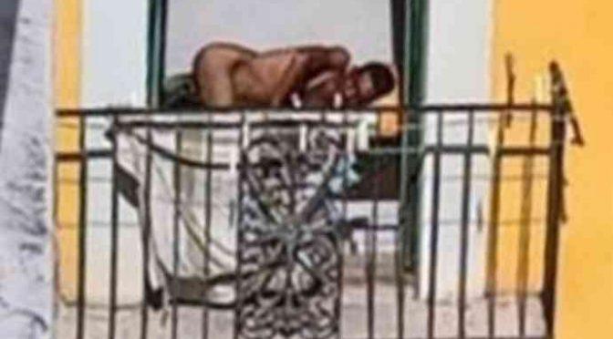 """Profughi nudi perseguitano residenti: """"Non usiamo mutande"""""""