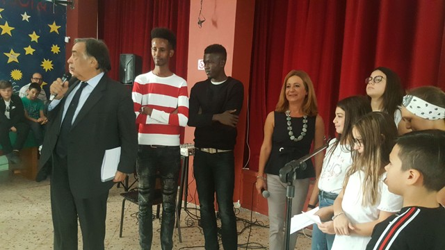 """Bambini costretti a cantare per i profughi: """"Benvenuti in Italia"""""""
