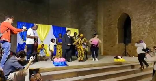 Palermo, sindaco balla con gli africani – VIDEO