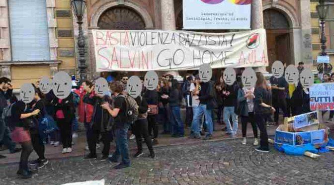 Antifà bloccano treno, tentano assalto a Salvini