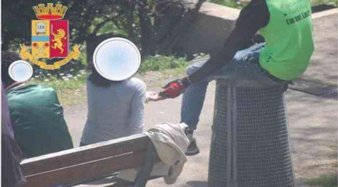 Profugo spaccia ai giovani del paese: 100 dosi di droga in casa