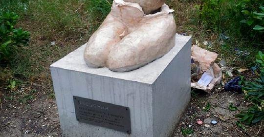 Ancona, cittadini distruggono statua che celebra invasione – VIDEO