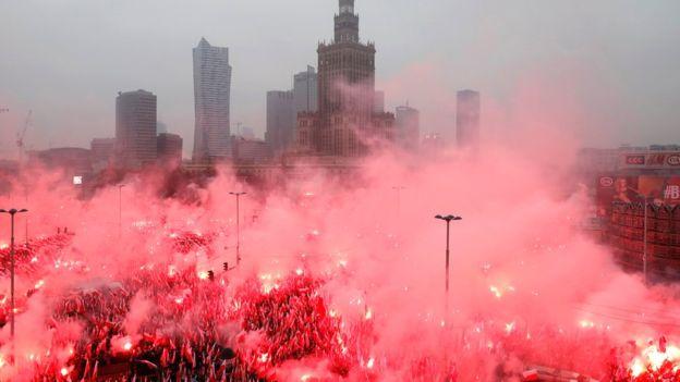 Oltre 200mila patrioti marciano a Varsavia contro l'invasione – VIDEO