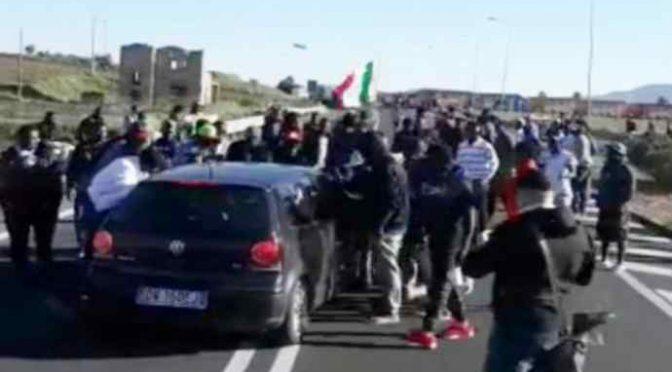 Profughi assaltano auto, scene di violenza – VIDEO