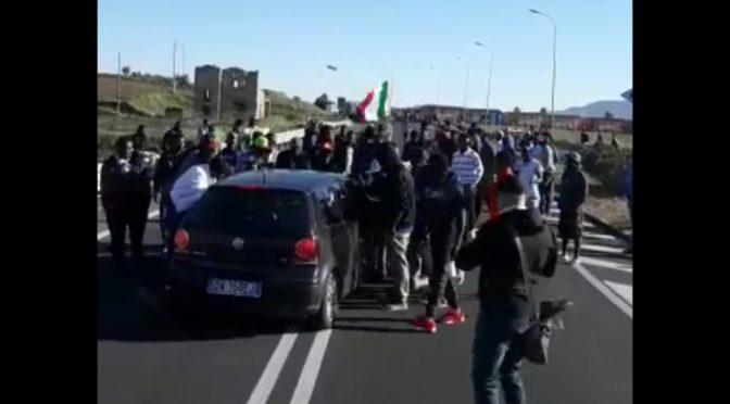 Profughi in rivolta: esigono liquidazione, strade bloccate e auto assaltate