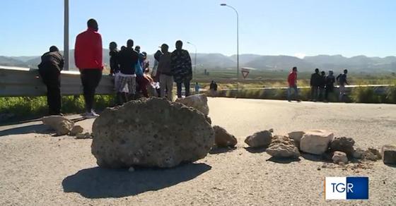 Assaltarono automobilisti armati di pietre: prefetto li premia – VIDEO