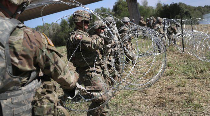 """Militari posano filo spinato contro carovana, Trump: """"Bellissimo"""""""