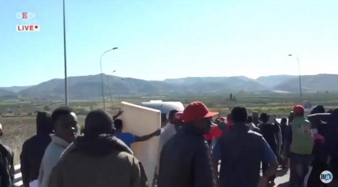 """Profughi bloccano strada al grido """"Salvini no buono"""", Lui: """"Pacchia finita"""" – VIDEO"""
