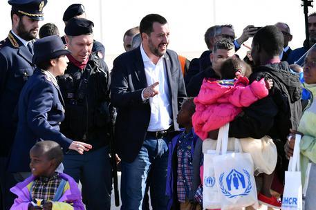 Salvini accoglie i profughi in fuga dalla guerra che non c'è
