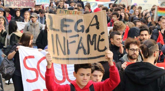 Milano, studenti sinistra lanciano uova contro poliziotti: ma sono bianchi