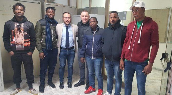 Il suo comune ha il 50% di disoccupati: sindaco sinistra dà lavoro ai profughi