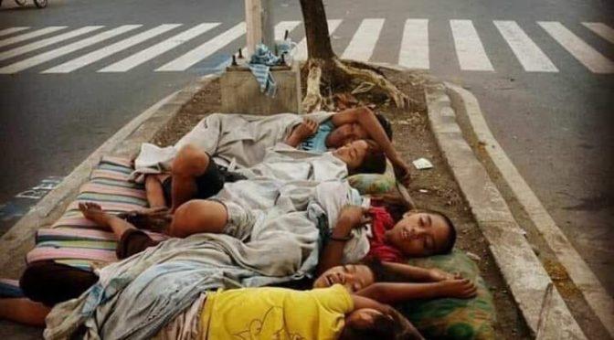"""""""Bambini dormono per strada a Roma per colpa Salvini"""": la foto scattata in Asia…"""