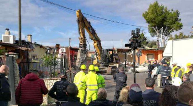La ruspa di Salvini abbatte ville Casamonica – VIDEO