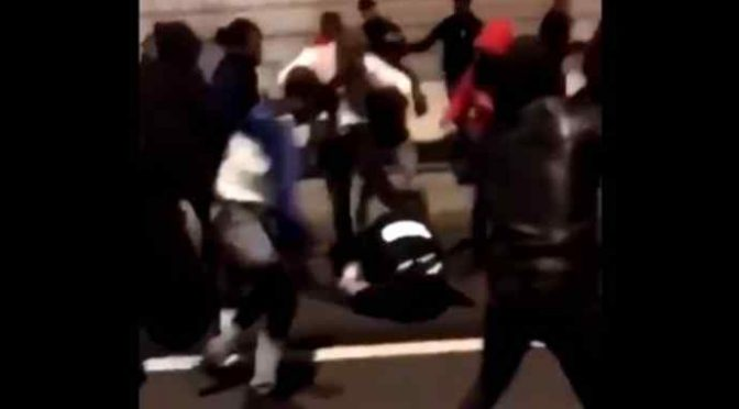 Coppia aggredita da 10 immigrati: lui massacrato, lei si difende e ne fa arrestare uno