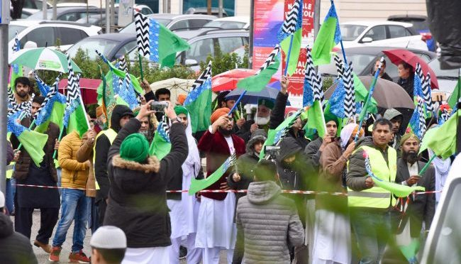 Città italiana: islamici bloccano traffico per celebrare Maometto – VIDEO