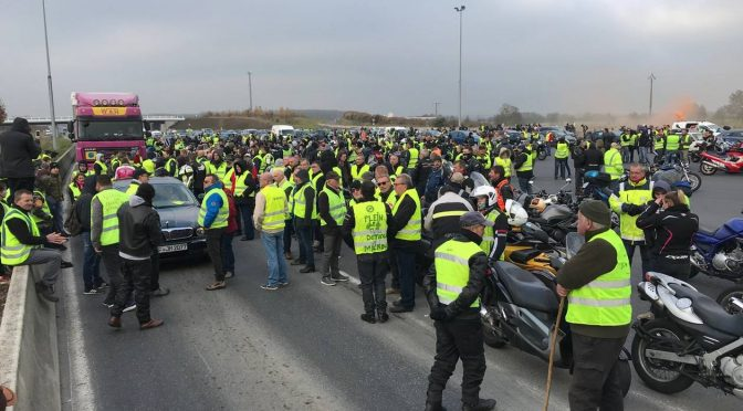'Gilet Gialli': la rivolta populista travolge Macron