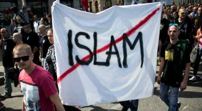 Islamico attacca militari: «Siete servi di Salvini, vi taglio la gola»