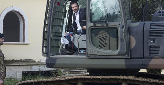 Rasa al suolo la baraccopoli degli immigrati – VIDEO