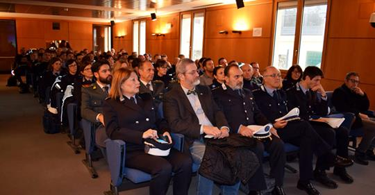 Pd manda poliziotti a scuola di multiculturalità