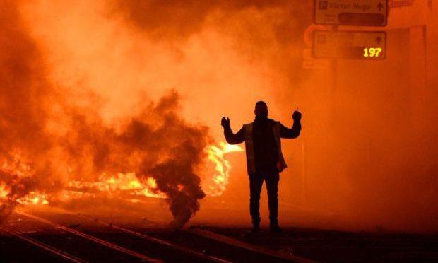 Francia in fiamme, decine di città in rivolta contro Macron – VIDEO