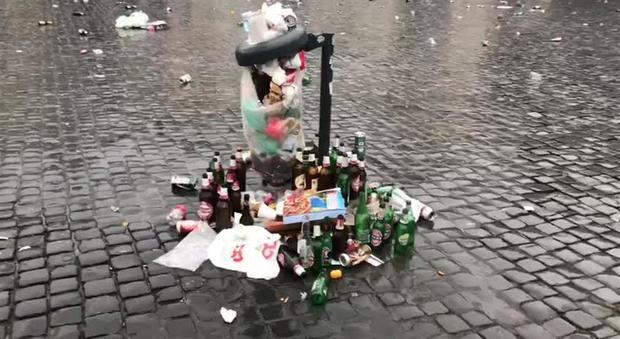 Tedeschi sporcano Piazza del Popolo – VIDEO