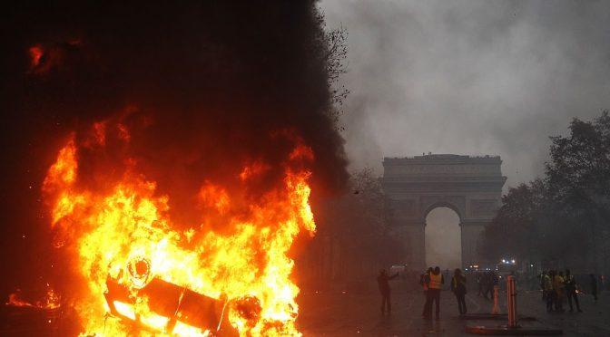Macron sotto assedio: fischiato dalla folla – VIDEO