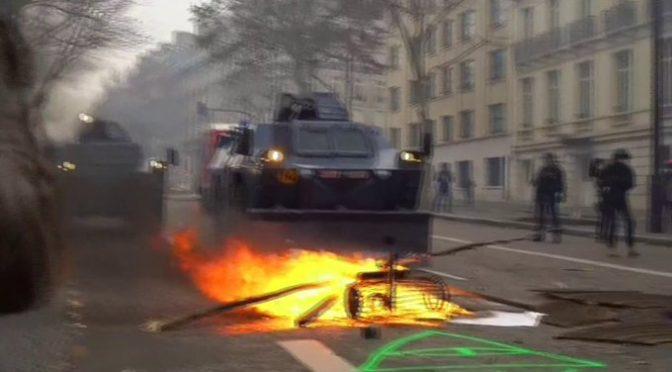 Inizia: blindati contro la folla dei Gilet Gialli a Parigi – VIDEO
