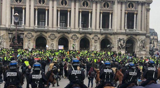 Gilet gialli bloccano la Francia per dimettere Macron – VIDEO