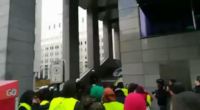 Gilet Gialli assaltano Parlamento Ue – VIDEO