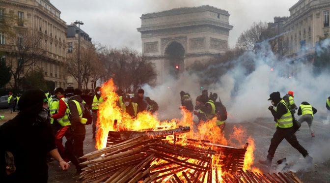 Francia: la rivolta dei gilet gialli contro quella islamica