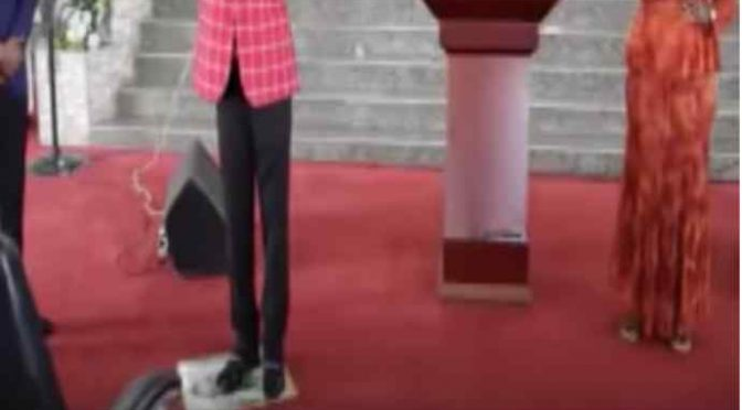 "Predicatore africano calpesta immagine di Gesù: ""Non era bianco"" – VIDEO"