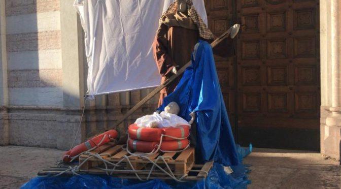 A Trento spunta il Presepe clandestino: barcone al posto mangiatoia