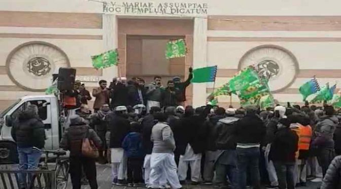 Sagrato chiesa diventa moschea, parroco e sindaco Pd celebrano Maometto con islamici