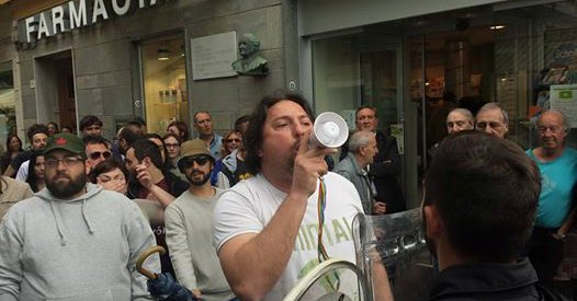 Lanciare sassi a Salvini non è reato: magistrato di sinistra assolve estremisti di sinistra