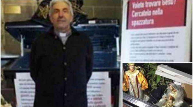 """Il prete che butta il presepe in cassonetto: """"Non stimo Salvini"""" – VIDEO"""