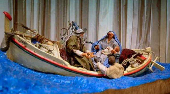 Il presepe di Bergoglio: Gesù scafista sul barcone
