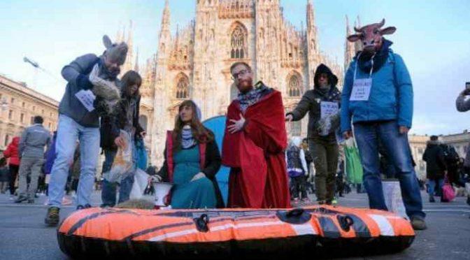 Milano, davanti al Duomo il presepe col gommone