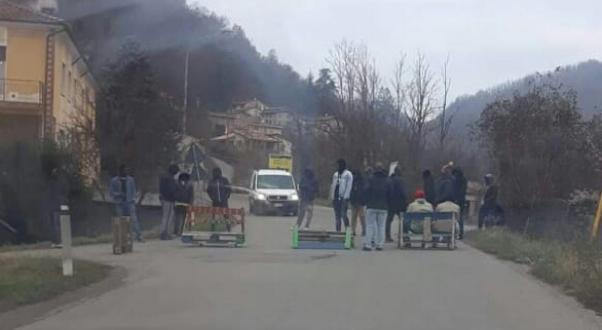 Paghetta in ritardo: profughi bloccano strada, barricate – FOTO