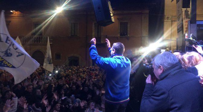 Sulmona, tutti pazzi per Salvini: folla invoca porti chiusi