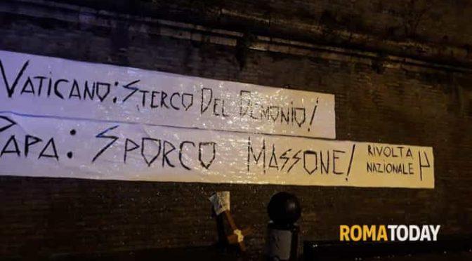 Affiggono manifesti contro Bergoglio: denunciati!