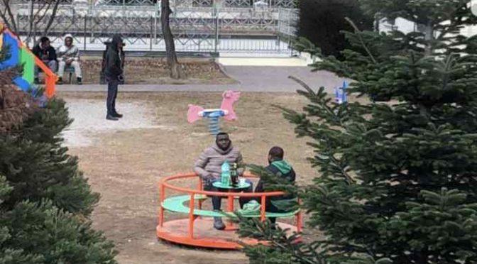 Parco giochi 'sequestrato' dai profughi bambini – FOTO