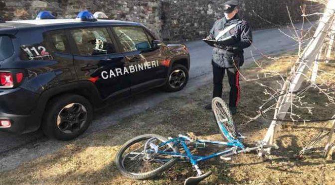 Migrante investe più volte ciclista: gli passa sopra con l'auto
