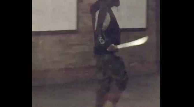 Africano con machete a caccia di passanti – VIDEO