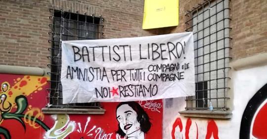 Sinistra, striscione pro-Battisti anche a Bologna